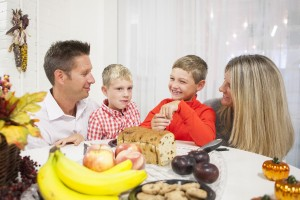 thanksgiving vacation - family at dinner